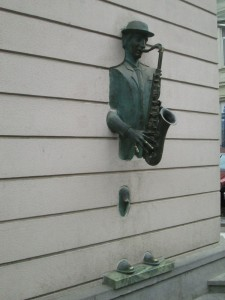 Busker in the wall, Tbilisi